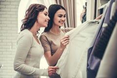 Девушки делая покупки Стоковые Изображения