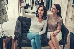 Девушки делая покупки Стоковая Фотография