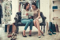 Девушки делая покупки Стоковое Изображение