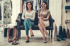 Девушки делая покупки Стоковая Фотография RF
