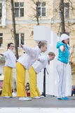 Девушки делая тренировки на этапе Стоковые Фото