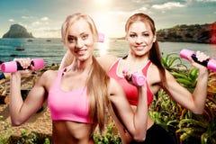 Девушки делая тренировку фитнеса с гантелями Стоковая Фотография RF