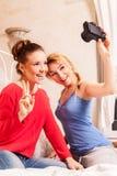 Девушки делая фото в спальне Стоковые Изображения