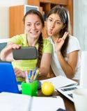 Девушки делая фото на мобильном телефоне Стоковое Изображение