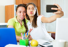 Девушки делая фото на мобильном телефоне Стоковые Изображения