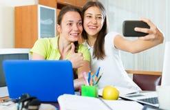 Девушки делая фото на мобильном телефоне Стоковое Изображение RF