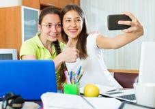 Девушки делая фото на мобильном телефоне Стоковая Фотография RF