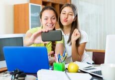 Девушки делая фото на мобильном телефоне Стоковые Изображения RF