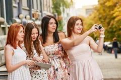 Девушки делая фото Стоковые Изображения