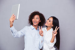 Девушки делая фото selfie на планшете Стоковое Изображение RF