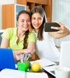 Девушки делая selfie с smartphone дома Стоковые Фотографии RF