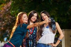 Девушки делая selfie Стоковые Изображения