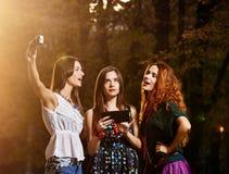 Девушки делая selfie Стоковые Изображения RF