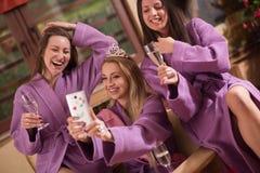 Девушки делая Selfy на партии bachelorette стоковое фото
