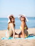 Девушки загорая на пляже Стоковое Изображение