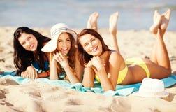 Девушки загорая на пляже Стоковые Изображения RF