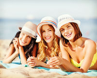 Девушки загорая на пляже Стоковая Фотография