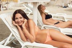 Девушки загорая на пляже Стоковое фото RF