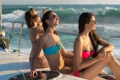 Девушки загорая на яхте Стоковые Фотографии RF