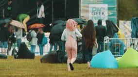 Девушки замедленного движения молодые радостные бежать в дожде на фестивале лета сток-видео