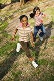 девушки засевают идущие детеныши травой стоковые фотографии rf
