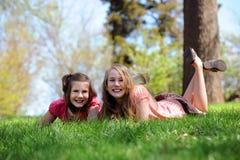 девушки засевают отдыхать травой Стоковые Фотографии RF