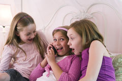 девушки знонят по телефону говорить Стоковое Изображение RF