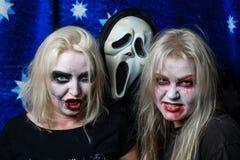 Девушки зомби с подбитыми глазами и кровопролитный рот на хеллоуине Стоковые Фотографии RF