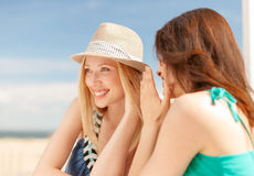 Девушки злословя в кафе на пляже Стоковое Изображение