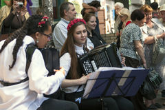 Девушки играют аккордеон Стоковые Изображения