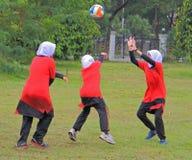 Девушки играют волейбол в Shah Alam Стоковое Изображение RF