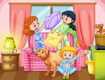 Девушки играя бой подушками в живущей комнате бесплатная иллюстрация