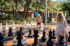 Девушки играя большой шахмат Стоковые Фото