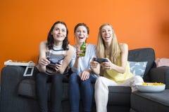 Девушки играя видеоигры Стоковые Изображения RF