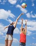 девушки играя волейбол Стоковое фото RF