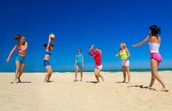 Девушки играя волейбол Стоковая Фотография RF