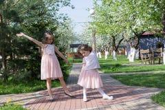 Девушки играя в дворе Стоковое фото RF