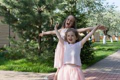 Девушки играя в дворе Стоковое Фото