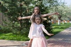 Девушки играя в дворе Стоковая Фотография