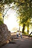 Девушки играя в парке в белых свитере и джинсах Стоковая Фотография RF