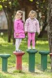 Девушки играя в парке Стоковые Фотографии RF