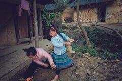 Девушки играя в шрифте ее дома Стоковая Фотография RF