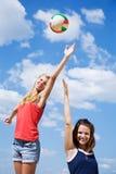 девушки играя детенышей волейбола Стоковое Изображение RF