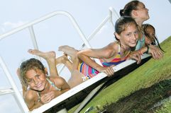 девушки играя детенышей Стоковая Фотография RF