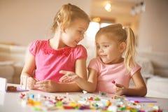 Девушки играя дома девушки счастливые немногая Стоковое Изображение