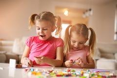 Девушки играя дома Стоковое Изображение RF