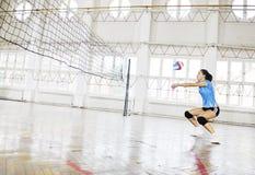 Девушки играя игру волейбола крытую Стоковая Фотография