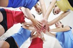 Девушки играя игру волейбола крытую Стоковые Изображения