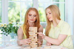 Девушки играя игру таблицы Стоковые Изображения
