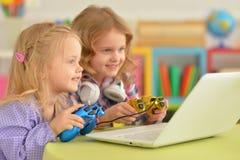 Девушки играя компютерную игру Стоковые Изображения RF